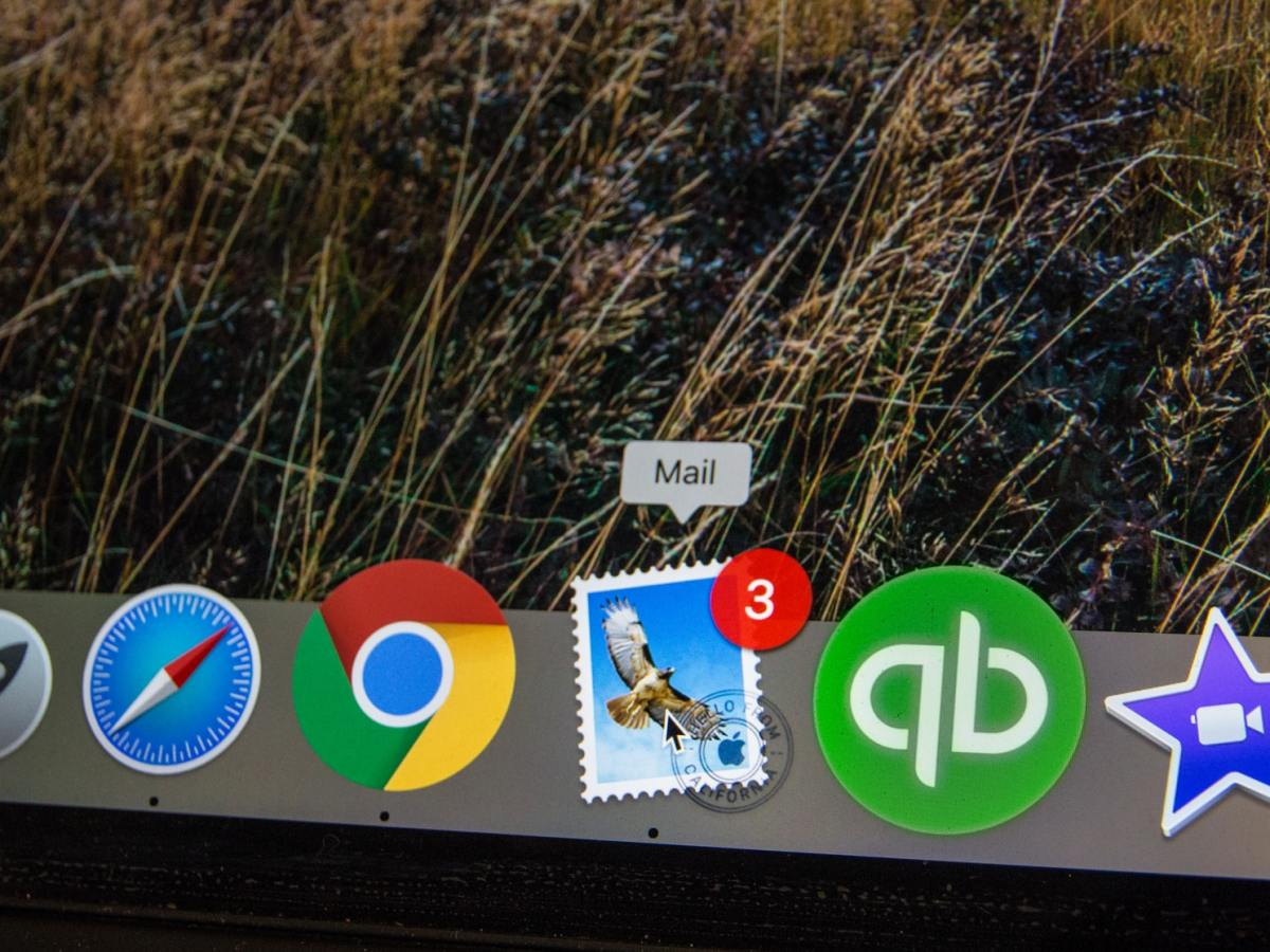 An email icon on a computer desktop shows three unread emails.